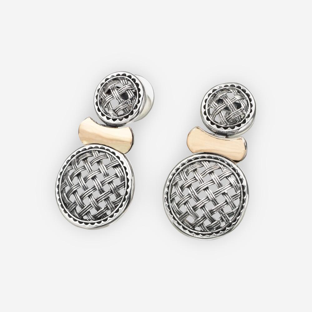 Aretes de dos tonos de plata con medallones de trabajo enrejados con un solo enlace de oro.