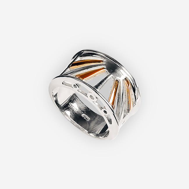 Hermoso anillo de plata de dos tonos con diseño de salida del sol cortado detallado.