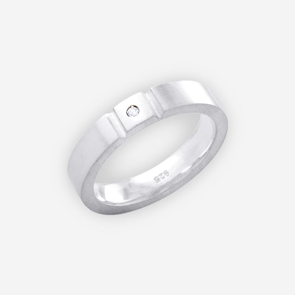 Anillo Unisex de plata tiene un acabado pulido y set con piedra zirconia cubica pequeña.