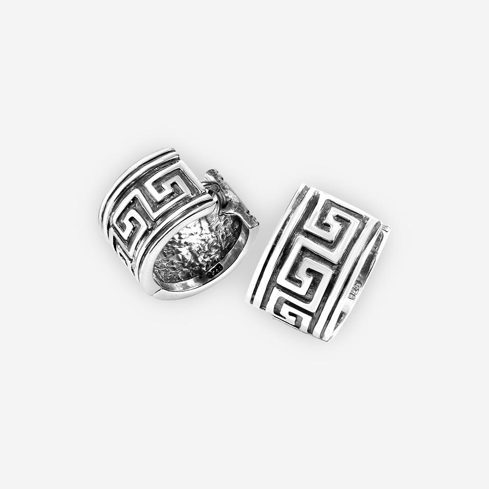 Aretes en aro de byzantine oxidado con plata de .925 y tienen un cierre huggie.