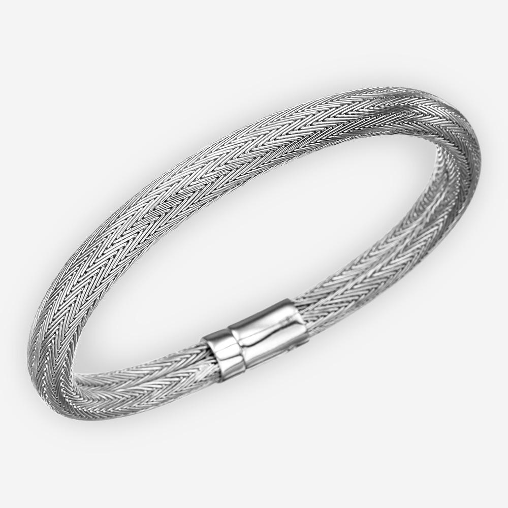 Brazalete de plata fina con diseño de espina de pez tejida.
